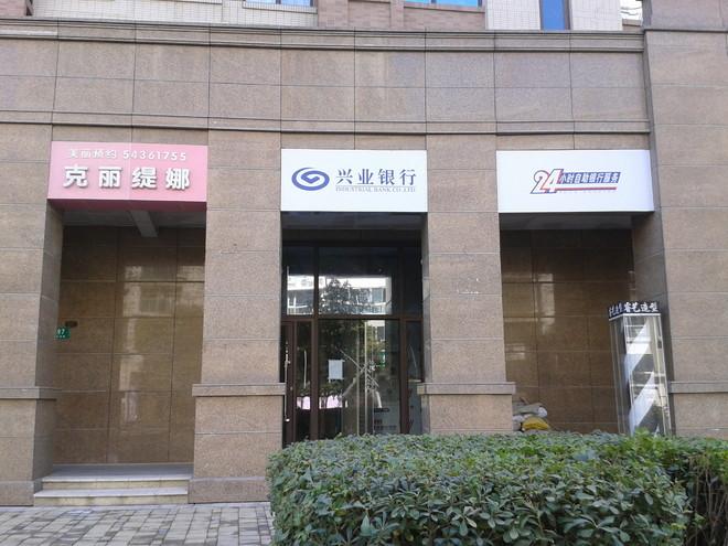 2)入駐的興業銀行小區金融便利店內部裝修尚未完工.(如圖)