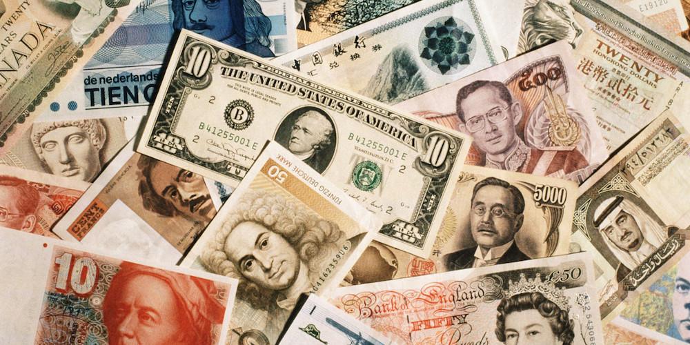 查看原图据说,传说,美元牛市已经开启,而其它货币纷纷被各类分析师看衰,如人民币。在过去一年,国际货币市场无疑是热闹的一年,欧元稳定地贬值,人民币扭着秧歌要贬不贬,日元也走势有些犹豫,还是俄罗斯卢布爽快,决绝的跳水不压下一片水花。冷不丁的,连宁静的瑞士也突然跳将出来,瑞士法郎瞬间上了头条。货币向来是个让大家听着耳熟,但是又距离遥远的不明觉厉的品种,而相关ETF或许会将它们与我们的距离拉近些,当然,从过去一年的故事中,想必大家也能体会,其中风险也是需要非常注意的。 在近一年的货币走势中,无疑还是美元和欧元最让