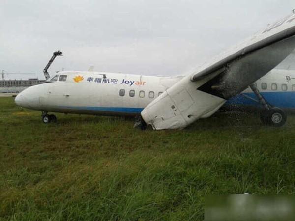 国产客机在福州机场冲出跑道 5名旅客受伤(组图) 图为冲出跑道的新舟60客机 新华网北京5月10日电(记者钱春弦)幸福航空一架新舟60飞机10日在执行JR1529的航班过程中,于11时57分在福州机场落地时冲出跑道,全体旅客和机组人员已撤离飞机。 该航班共有乘客45名,机组人员7名。有5名旅客在撤离后送往急救中心,均为轻伤。幸福航空已经启动应急反应程序,事故原因正在调查中。幸福航空相关负责人表示,为此次事件给旅客及各方造成的影响深表歉意。 幸福航空有限责任公司是由中国航空工业集团公司与中国东方航空股份有限