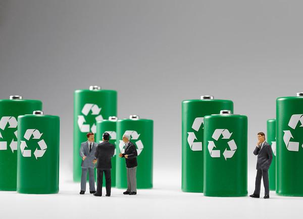 来源:盖世汽车网 作者:何丹 2016-01-25 电池回收领域是一块难啃的骨头,没有国家政策的牵头,没有补贴,难以形成气候。  据相关行业预估,2015年我国新能源汽车电池累计报废量将约达到24万吨;2020年,仅锂电池累计报废量就将达到1217万吨。众所周知,电池属于严重污染类废旧物品,对环境来说存在一定的威胁。 所以对废旧电池的处理利用刻不容缓,但是,目前国内的废旧动力电池的回收机制不完善,对于电池回收处理利用也没有明确的规定。随着新能源电动汽车的狂飙猛进的发展,废旧电池的问题会越来越凸显。 废旧