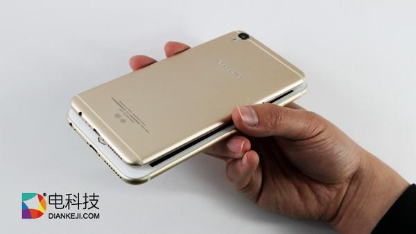 在智能手机硬件和设计高度同质化的时代,边框成了手机厂商们为数不多的,还可以继续较真的地方。 对于边框,现在差不多有四种设计思路。 首先是ID无边框,即用黑色的屏幕包表把边框隐藏起来,可惜这只能在熄屏或深色显示画面下才能达到理想的效果。 其次是利用较厚屏幕玻璃折射效果达成的视觉无边框,目前夏普和国内的努比亚都有对应的产品,但这使得整个手机机身较厚,重量也比较可观。 还有厂商尝试曲面屏,三星利用OLED屏幕率先把手机掰弯,不过除了看起来别 具一格,三星自己似乎还没有想好如何把这一块屏幕新区域利用起来,随