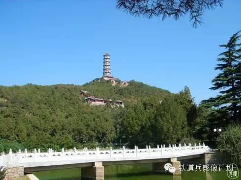 山丘的两座宝塔(玉峰塔和妙高塔)更是香山地区标志
