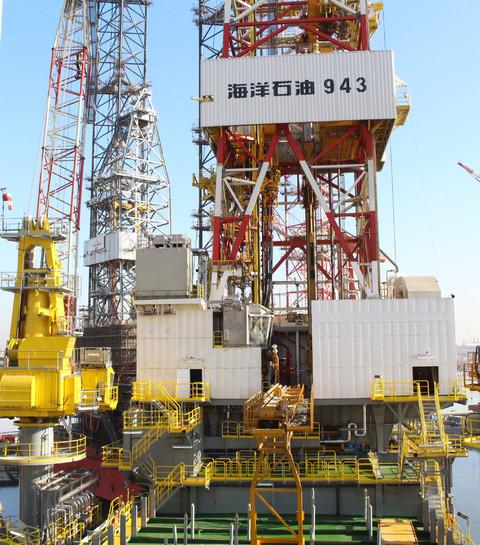 """""""海洋石油943""""钻井平台在""""海洋石油685""""船的拖航下"""