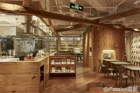"""餐厅的装修保持了""""无印良品风格"""",餐具,桌椅都是无印良品的零售商品."""