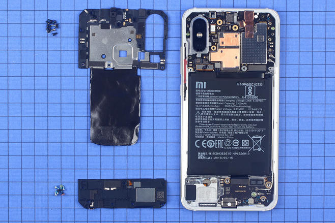 打开手机后壳后可以看到,小米 8 采用的是最为常见的三段式结构.